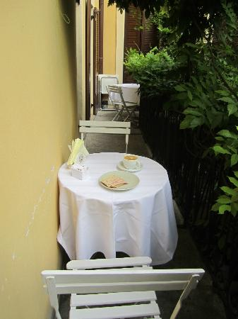 Arena Inn B&B : Breakfast on the balcony - for several guests