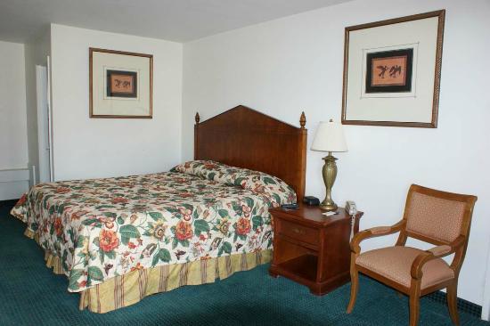 Hwy.Express Inn & Suites: Guest Room