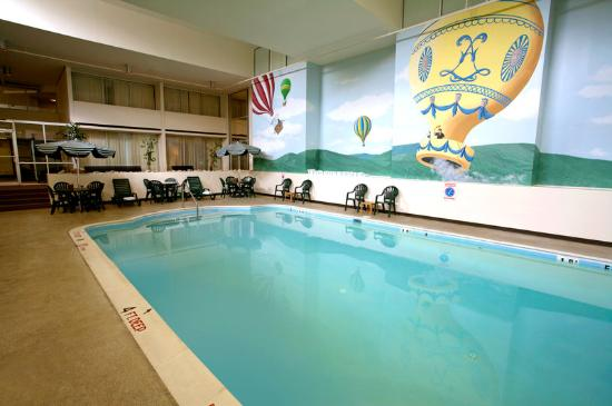 Clarion Inn & Suites by Hampton Convention Center: Pool
