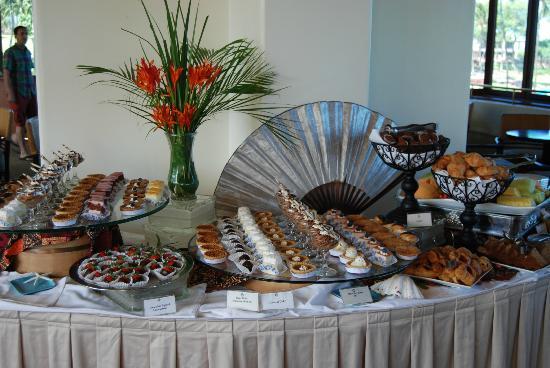 Molokini Bar & Grille: Dessert table