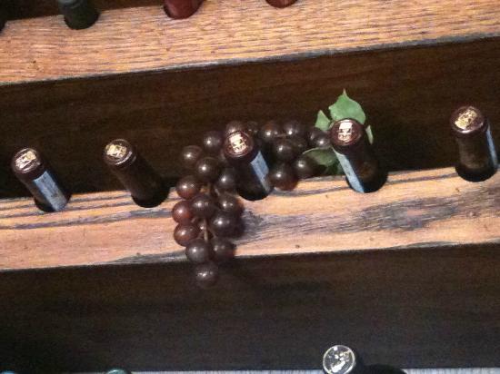 Antico Molino D'Orcia: Bellissima parete di vini