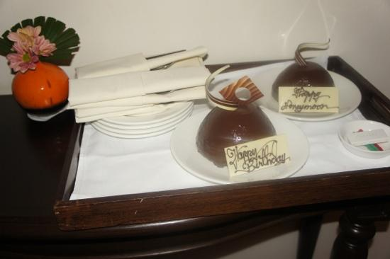 Sofitel Krabi Phokeethra Golf & Spa Resort: birthday + honeymoon cake