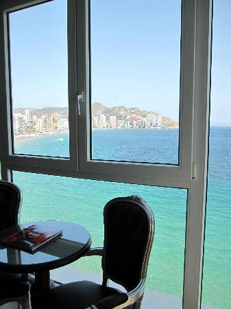 Villa Venecia Hotel Boutique: vue de la chambre (sur les plages et constructions Benidorm)