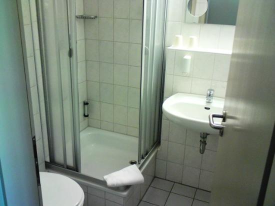 Stadthotel Deggendorf: Sanitärbereich/Zimmer