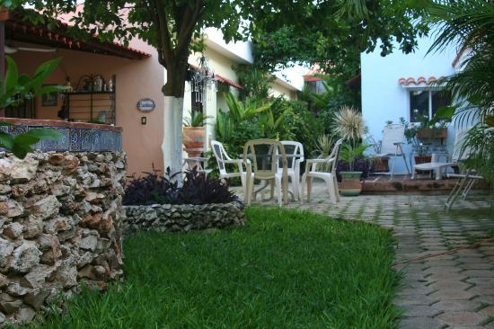 La Casa Lorenzo: Garden area and pool.