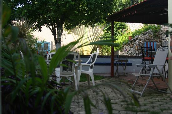 La Casa Lorenzo: Garden area.