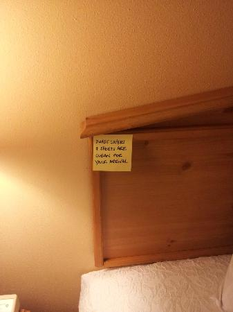 Hampton Inn & Suites New Orleans-Elmwood/Clearview Parkway Area: Handwritten sticky notes on the headboard about sheets!