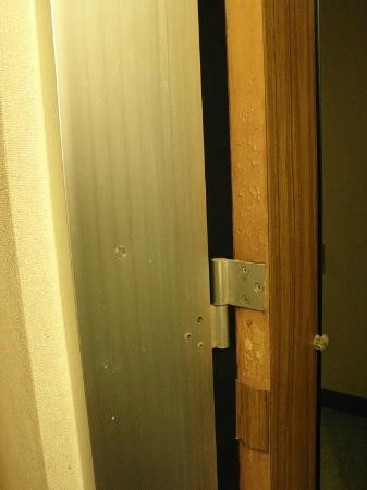 Economy Inn: door old and in pieces