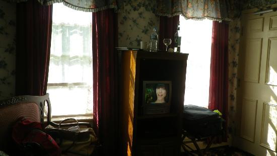 """Blue Dory Inn: 13"""" TV, 10 channels"""