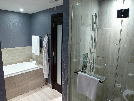 Ivy Boutique Hotel: Huge soaking tub and large shower (for two)