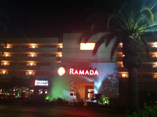 Ramada Tampa Airport Westshore: Façade de l'hôtel !
