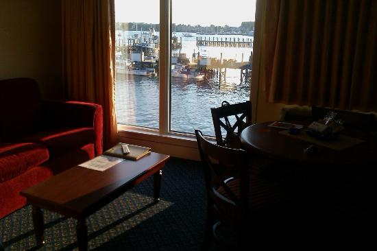 Wyndham Inn on Long Wharf: Living room with view of harbor