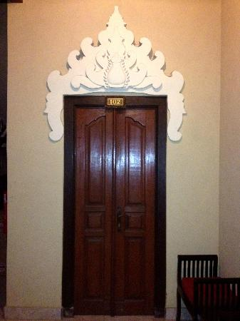 Puri Sading Hotel: Door to a room