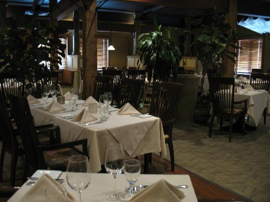 Little Louis' Oyster Bar: main dining area little Louis'
