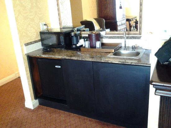 Ayres Hotel Seal Beach: Refridgerator, microwave, sink and large mirror.