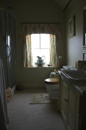Crosshall Farmhouse B&B: View of bathroom from our bedroom