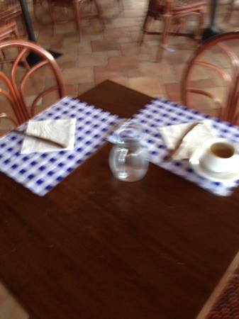 Hotel Village Suvaki : servizio al tavolo colazione 4 stelle da ridere!!!