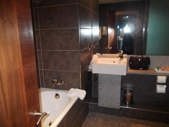 Newpark Hotel: Beautiful bathroom, this photo does not show lovely walk in shower