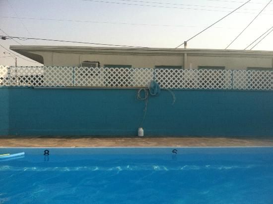 Capri Motel: Great shades of Blue in clean pool area