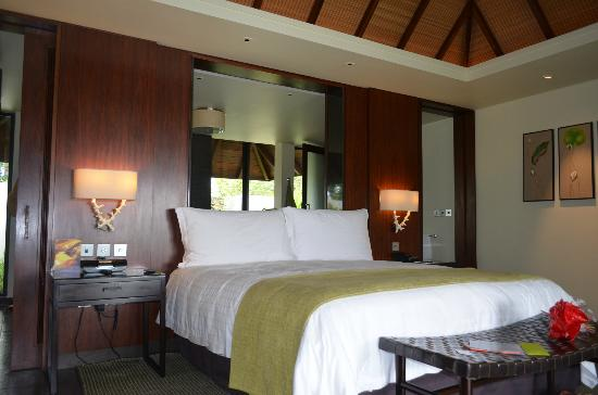 Four Seasons Resort Mauritius at Anahita: Bed in Ocean Villa