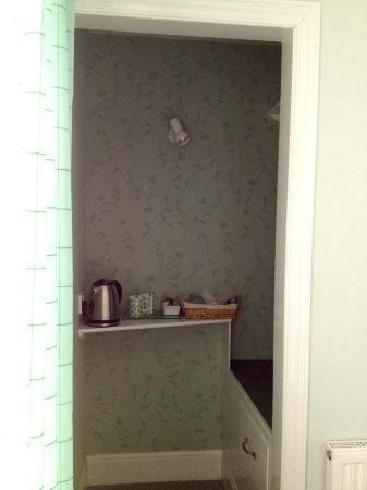 Westley Bed & Breakfast: Tea, Coffe, Homemade cookies, hanging and storage space around the corner