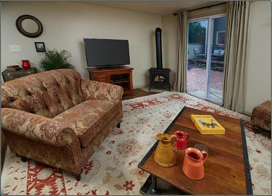 J. Palen House Bed & Breakfast: Cottage Living Room/Courtyard