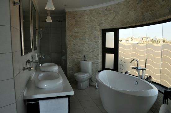 Beach Lodge Swakopmund: Luxury room bathroom