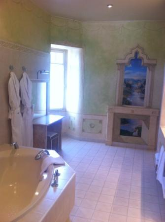 Chateau de Marcay: huge bathroom