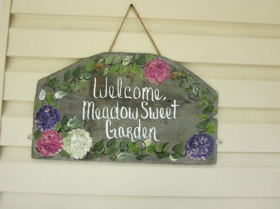 Meadowsweet Gardens Inn: Greeting at the front door