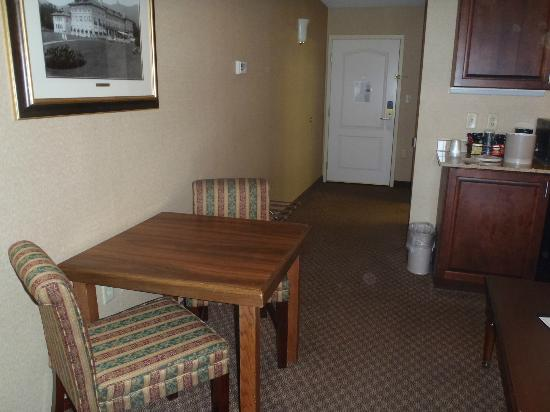 Fort William Henry Hotel and Conference Center: Kitchenette/Dining area