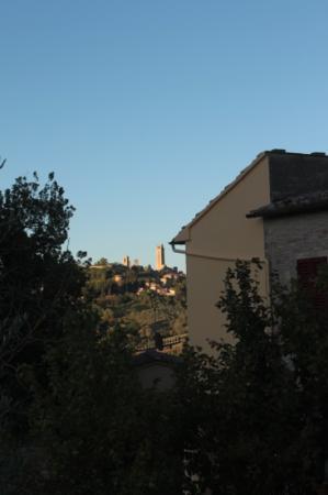 Podere Bellavista: vue sur san gimignano depuis la piscine