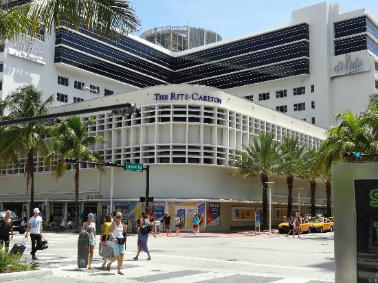 The Ritz-Carlton, South Beach: Vista del Hotel desde Collins