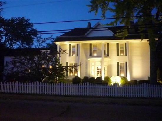 Captain Montague's Bed and Breakfast: Capt. Montague's by night