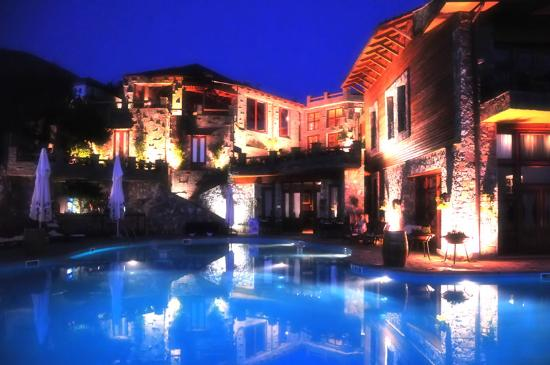 Chateau Rexhekri by night.