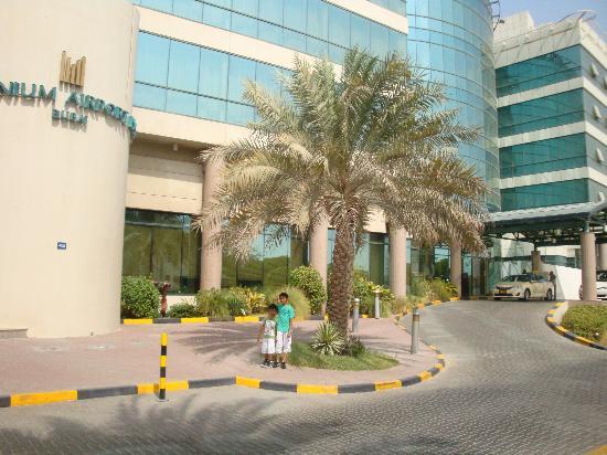 Millennium Airport Hotel Dubai: Front view of hotel