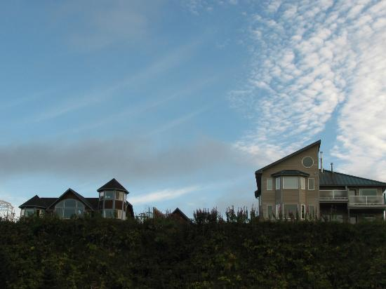Driftwood Inn & Homer Seaside Lodges: Seaside Lodge, Bluffview Lodge, with cottage between them