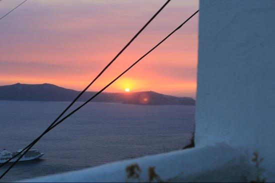Kastro Suites Santorini: sunset from outarea outside room 101