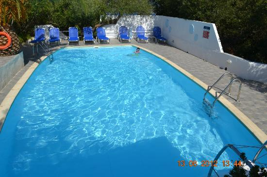 Alexanna Apartments: pool area