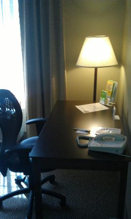La Quinta Inn & Suites Eugene: Desk/Work area in room
