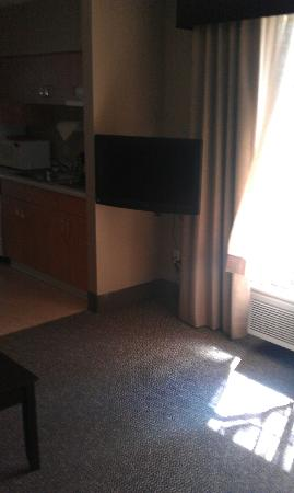 La Quinta Inn & Suites Eugene: TV in living area