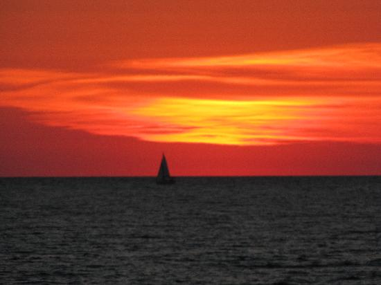 Snug Harbor Resort: Gorgeous sunsets on Lake Michigan, just 1 mile from Snug Harbor!