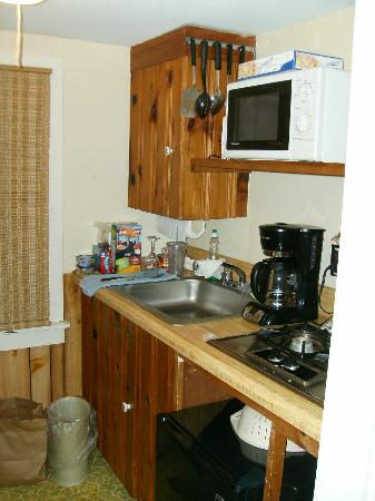 The Beaches Motel & Cottages: neat kitchenette