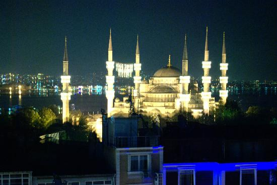 Sky Kamer Boutique Hotel: Blue Mosque by night