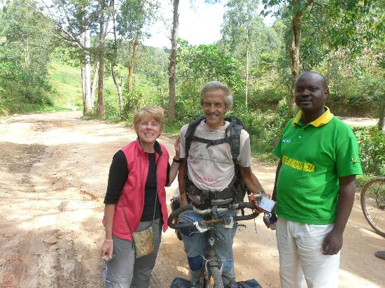 Le Bambou Gorilla Lodge: Our chance encounter with a cyclist from Switzerland with Emmanuel, our driver