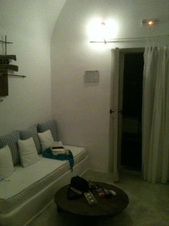 Nostos Apartments: sala - apartamento de 2 quartos! perfeito pra uma família com crianças! 