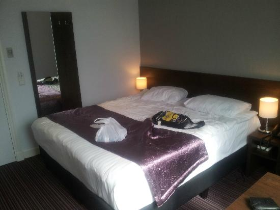 Hotel Luxer: Our room- very modern, and most comfy beds,,,,,lovely,