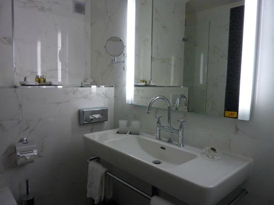 Grand Hotel Suisse Majestic: baño bien iluminado