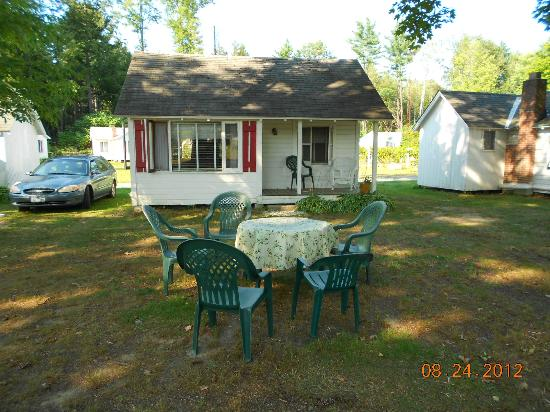 Autumn Mountain Winery & Cabins: One of the cottages with a cute front porch