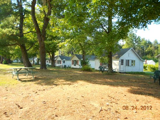 Autumn Mountain Winery & Cabins: View of several cottages