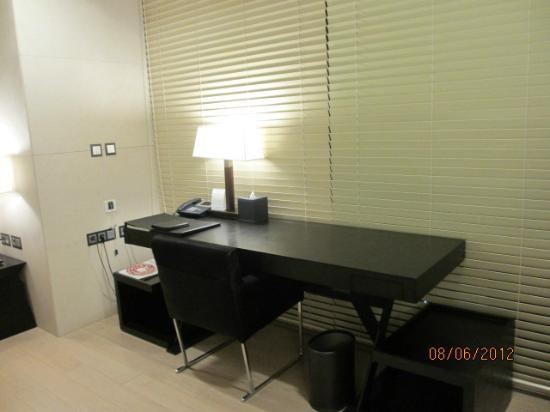 The Classic 500 Executive Residence Pentaz: desk area